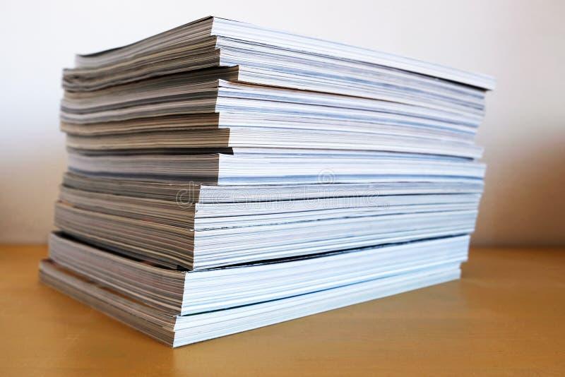 Pile des magazines imprim?es images stock
