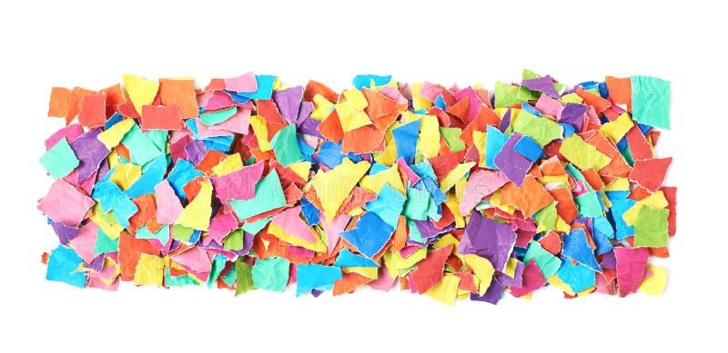 Pile des morceaux de papier déchirés d'isolement image libre de droits