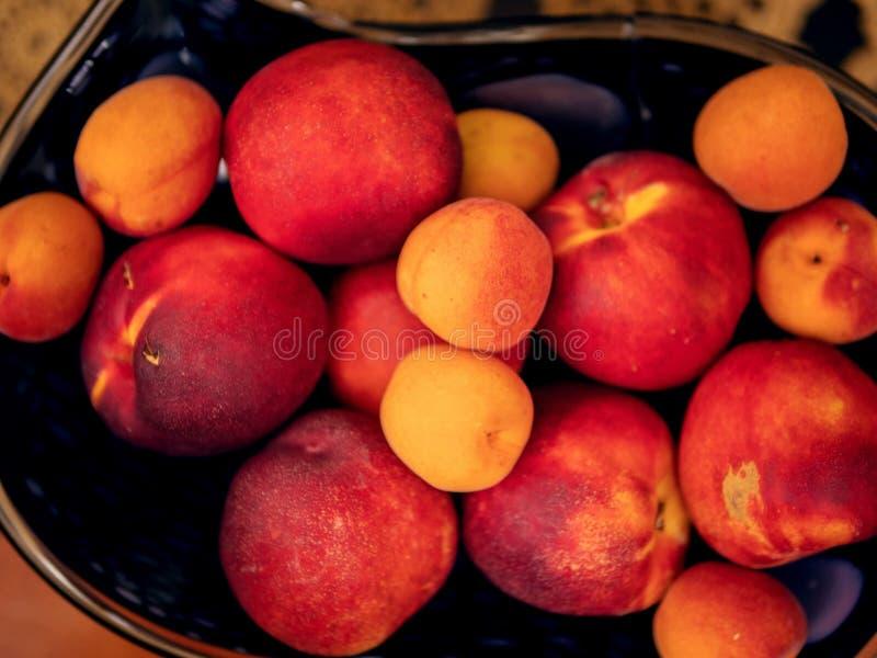 Pile des nectarines mûres rouges, fin, foyer sélectif Image de paysage image stock