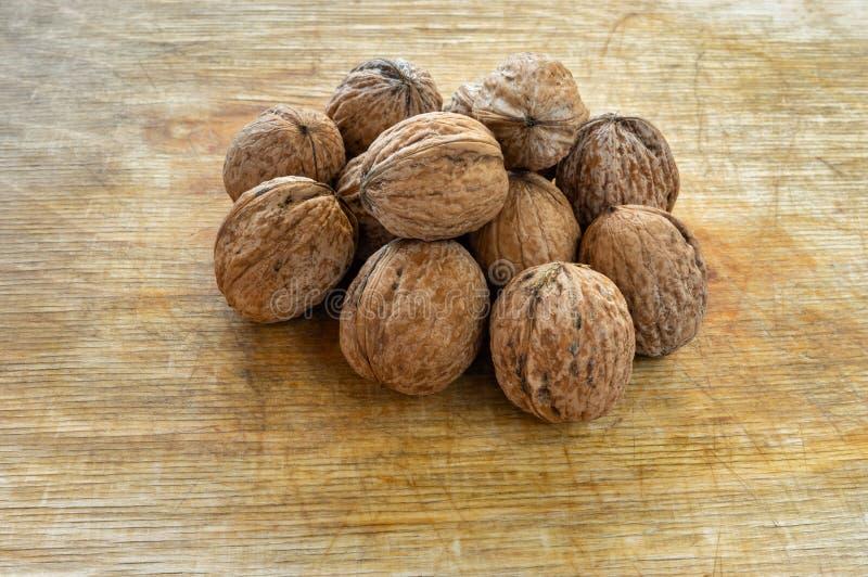 Pile des noix organiques mûres photo stock