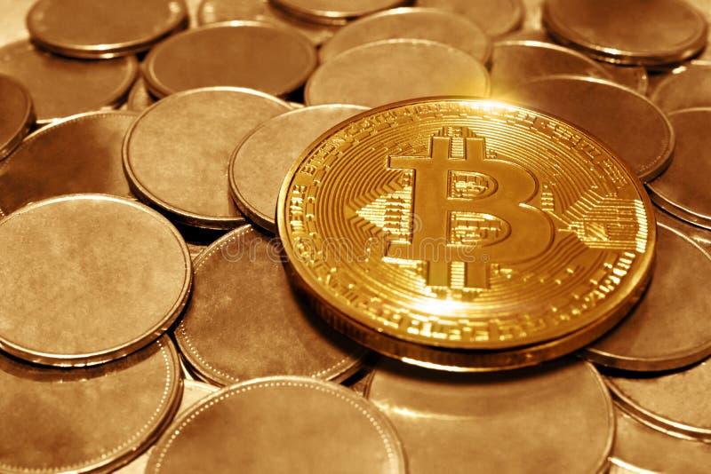 Pile des pièces de monnaie d'or de bitcoin photo libre de droits