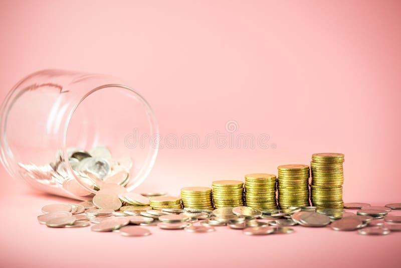 Pile des pièces de monnaie et du pot pour le concept économisant d'argent Les affaires croissantes avec des pièces d'or Planifica image libre de droits