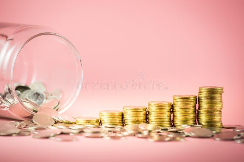 Pile des pièces de monnaie et du pot pour le concept économisant d'argent Les affaires croissantes avec des pièces d'or Planifica photo stock