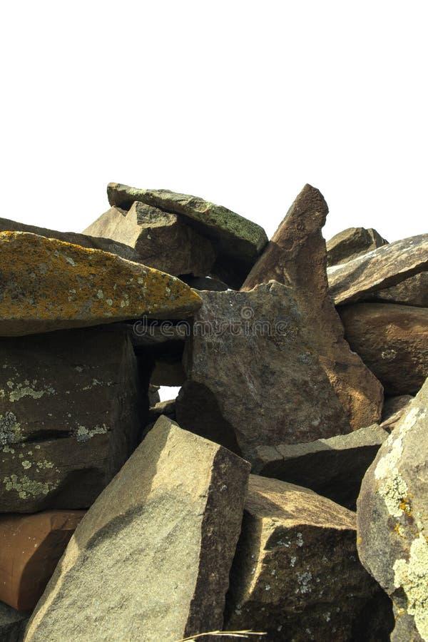 Pile des pierres de montagne d'isolement sur le fond blanc image libre de droits