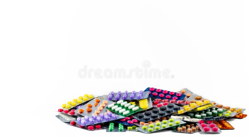 Pile des pilules de comprimé d'isolement sur le fond blanc Pilules jaunes, pourpres, noires, oranges, roses, vertes de comprimé d photos libres de droits