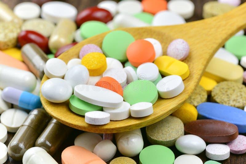 Pile des pilules et des capsules images libres de droits