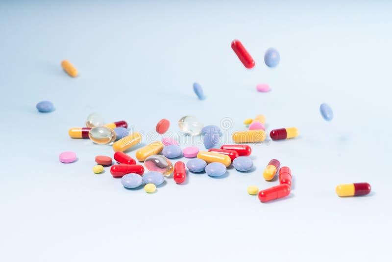 Pile des pilules sur le bleu photo stock