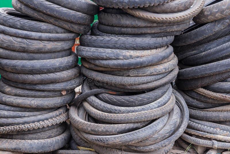 Pile des pneus utilisés de vélo de montagne photographie stock libre de droits