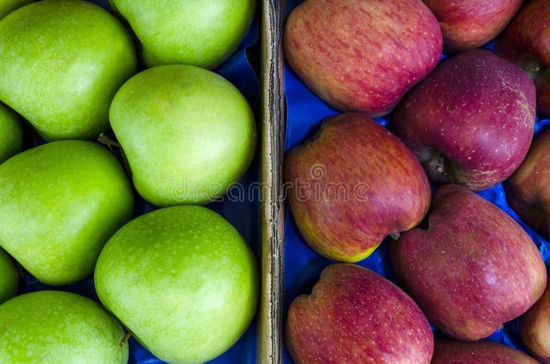 Pile des pommes vertes et rouges mûres fraîches à un marché local photographie stock libre de droits