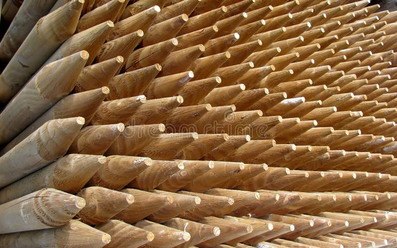 Pile des poteaux en bois photographie stock