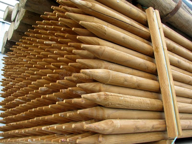 Pile des poteaux en bois de point pointu images libres de droits