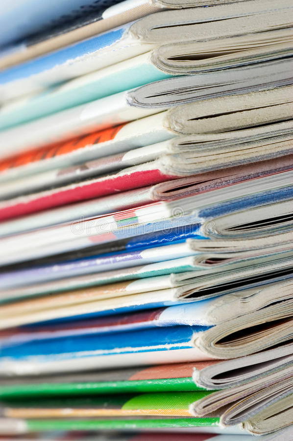 Pile des revues fraîches images libres de droits