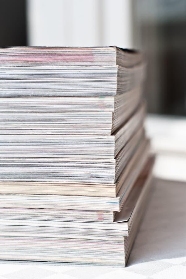 Pile des revues lustrées photo libre de droits