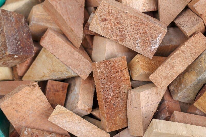 Pile des rondins coup?s comme fond naturel de regard Forme et taille en bois multi photographie stock libre de droits