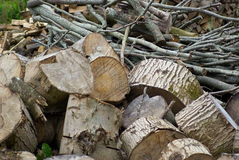 Pile des rondins en bois lourds pour la chauffage photos libres de droits
