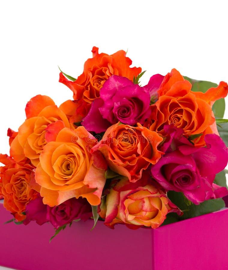 Pile des roses dans la boîte images libres de droits