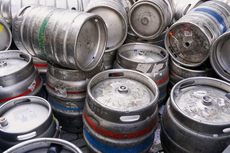 Pile des tambours vides de barillet de bière en métal argenté images libres de droits