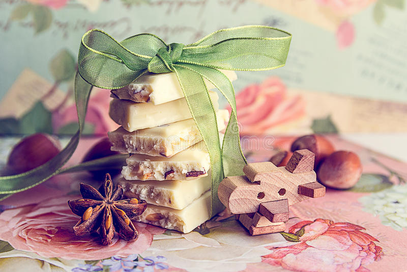 Pile des tranches de chocolat blanc avec le ruban vert photographie stock libre de droits