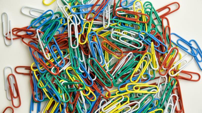 Pile des trombones colorés image libre de droits