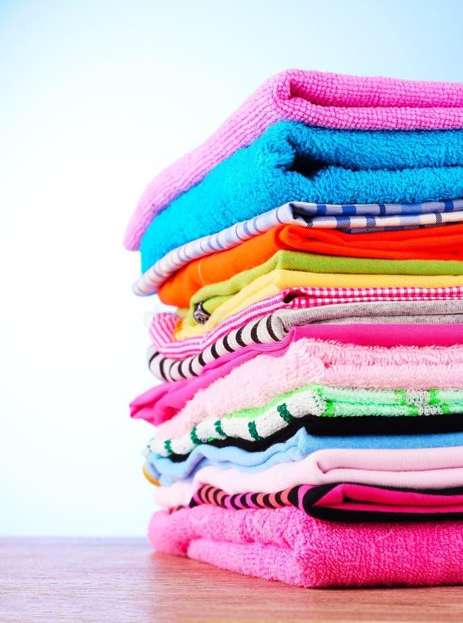 Pile des vêtements colorés image libre de droits