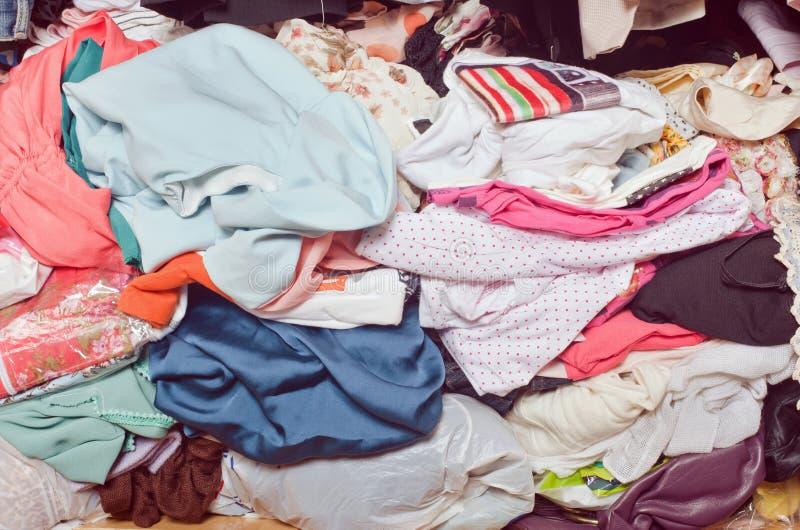 Pile des vêtements malpropres dans le cabinet Femme encombrée désordonnée photo stock