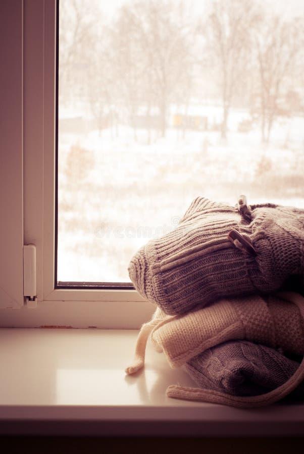 Pile des vêtements tricotés d'hiver photographie stock