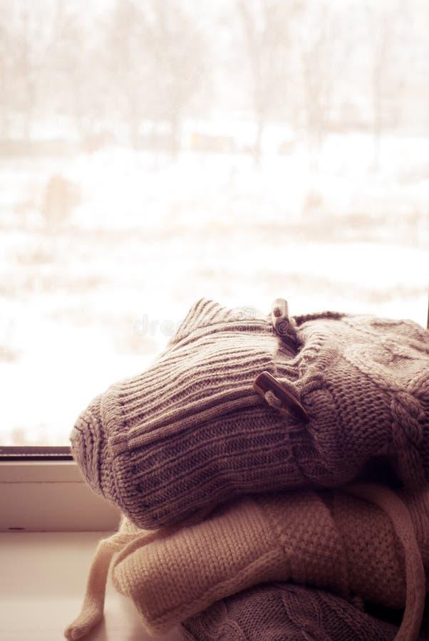 Pile des vêtements tricotés d'hiver images stock