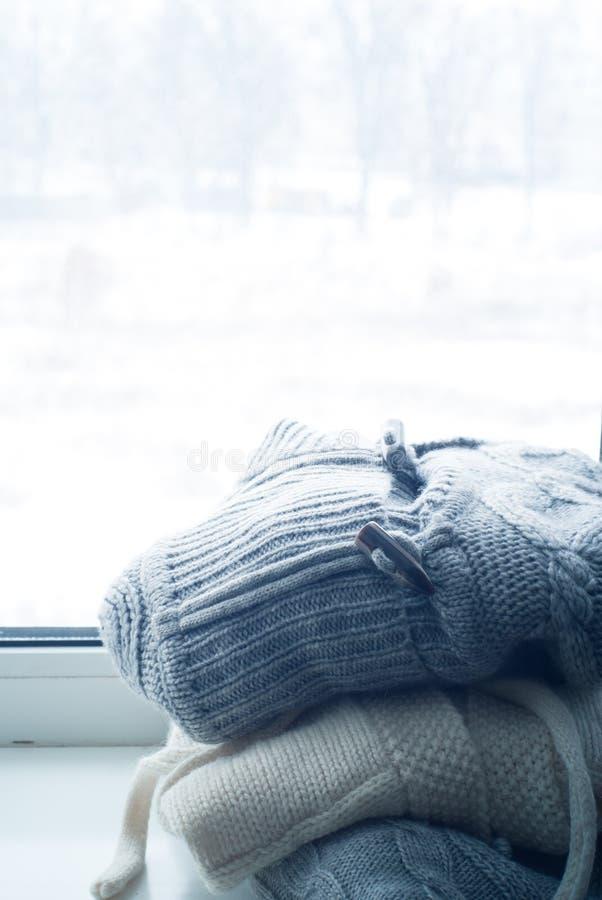 Pile des vêtements tricotés d'hiver photos libres de droits
