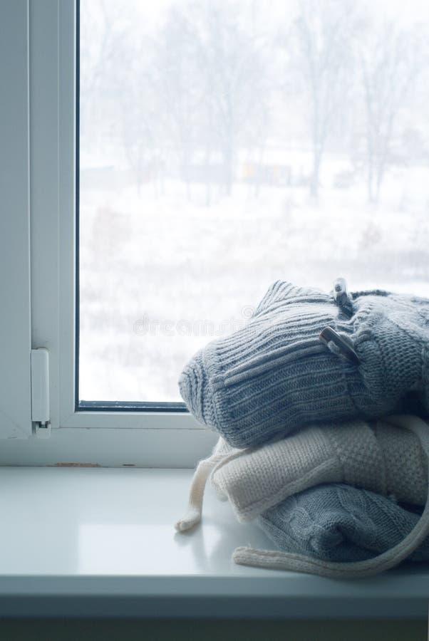 Pile des vêtements tricotés d'hiver photo stock