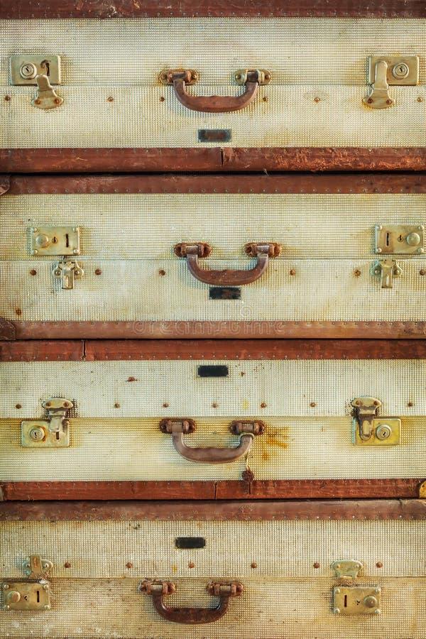 Pile des valises superficielles par les agents par antiquité photographie stock libre de droits