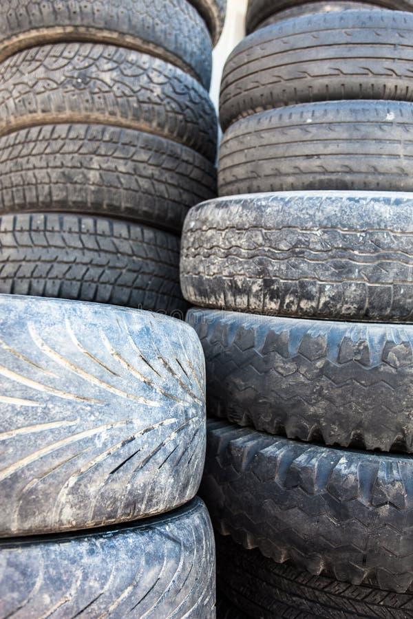 Pile des vieilles couvertures utilisées de pneu image libre de droits