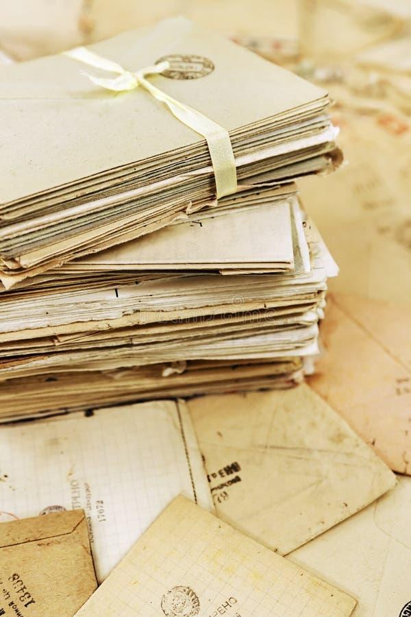 Pile des vieilles lettres de papier de courrier images libres de droits