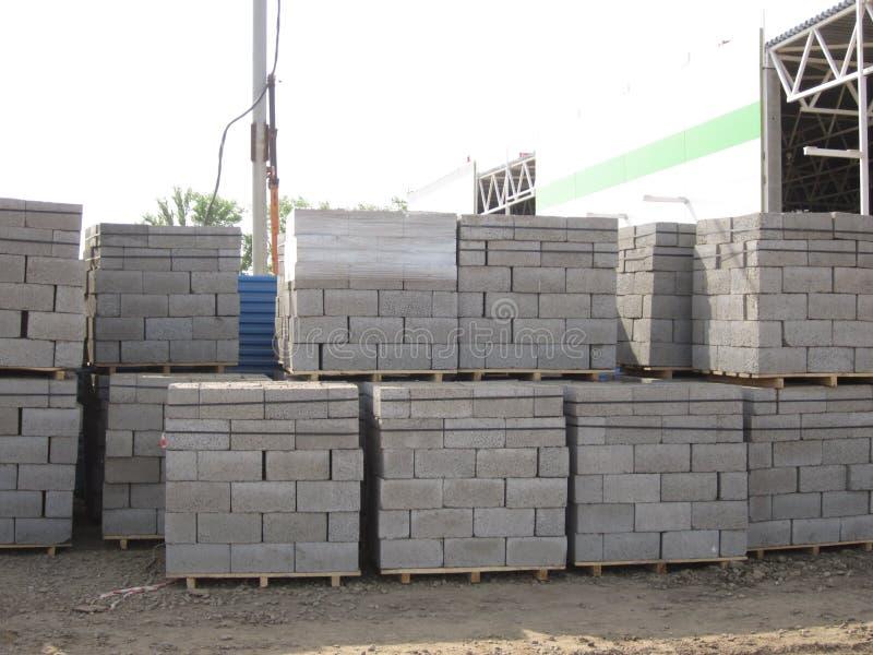Pile di blocchetti di cenere sui pallet di legno immagine stock libera da diritti