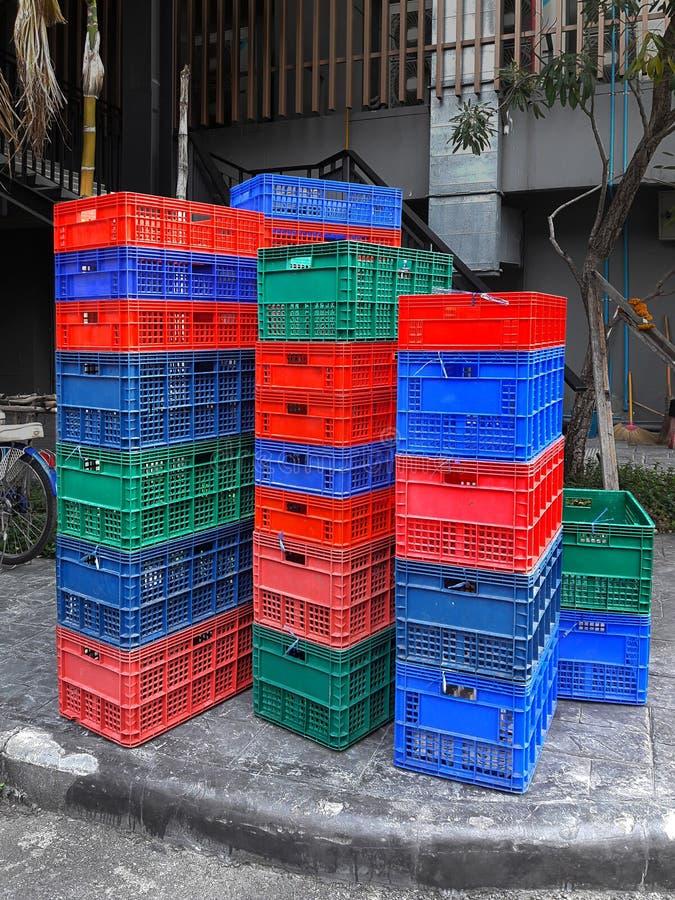 Pile di frutta e di recipienti di plastica della verdura fotografia stock libera da diritti