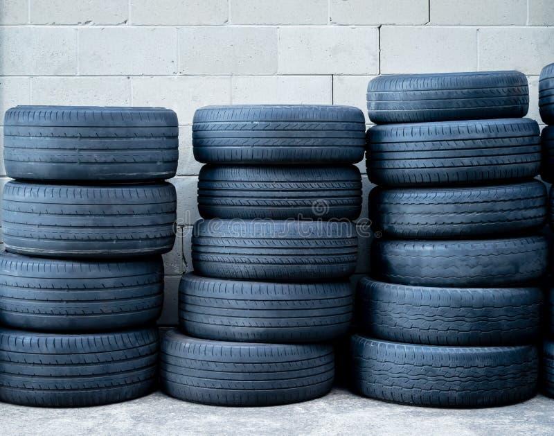 Pile di gomme di automobile radiali consumate fuori di un meccanico fotografia stock