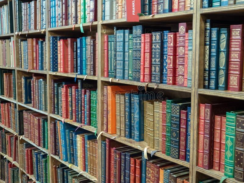 Pile di libri classici nella libreria del filo a New York fotografia stock