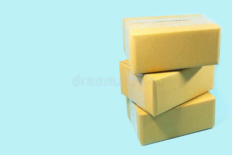 Pile di scatole di cartone su fondo blu fotografia stock