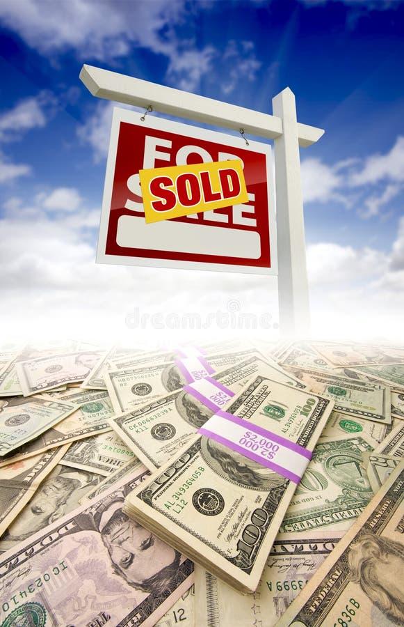 Pile di soldi che si sbiadicono fuori e di segno venduto immagine stock libera da diritti