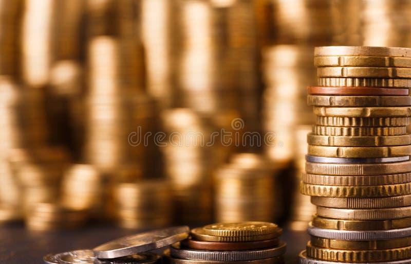 Pile dorate della moneta, fondo ricco dei soldi immagini stock