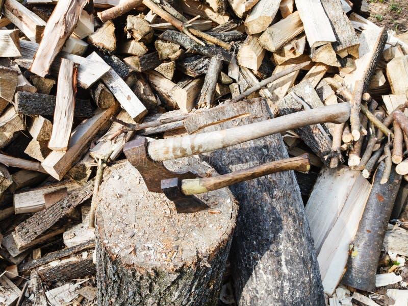 Pile du bois, plate-forme pour couper le bois de chauffage, deux haches images libres de droits