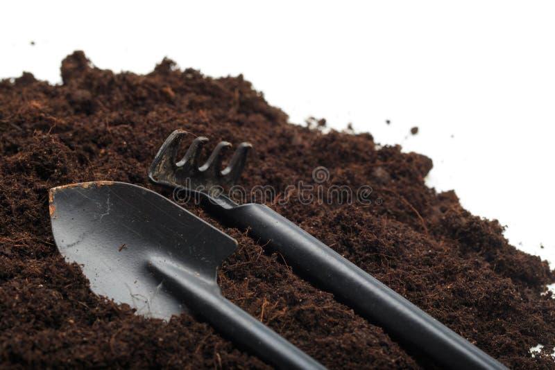 Pile du sol avec des toos de jardin d'isolement sur le fond blanc - image image libre de droits