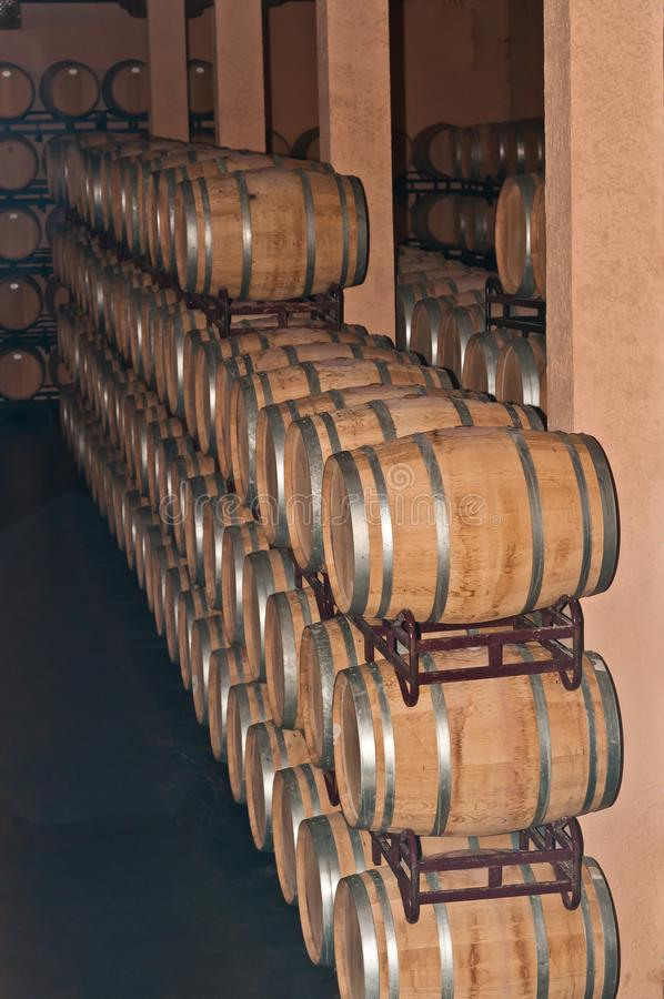 Pile e file di barilotti di vino in cantina spagnola fotografie stock