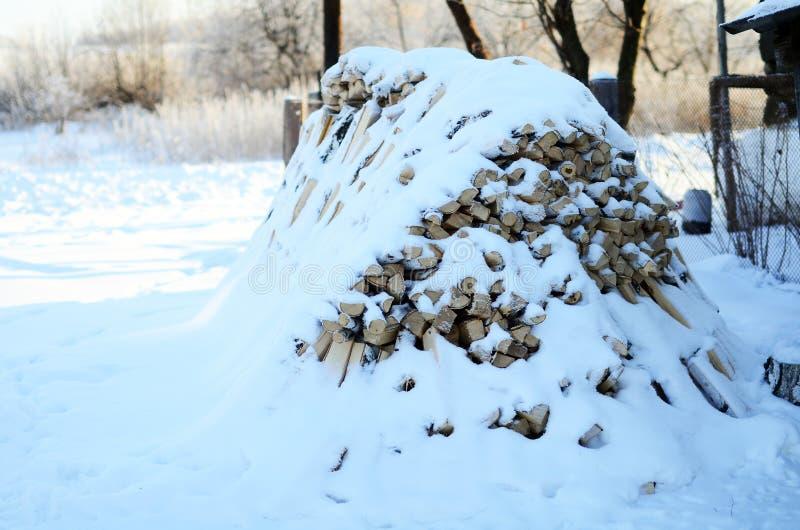 Pile en bois couverte de neige photographie stock libre de droits