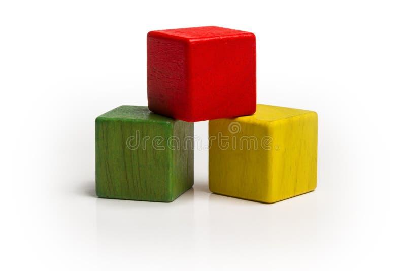 Pile en bois de blocs de jouet, cube multicolore en pyramide image libre de droits