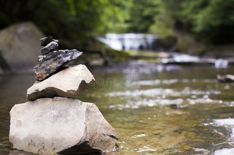Pile en pierre dans la crique photo stock
