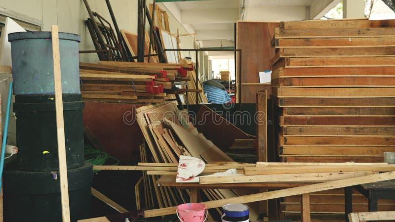 Pile encombrée des bois et des outils dans la réserve de Junkyard/de garage d'arrière-cour - texture en bois photos libres de droits