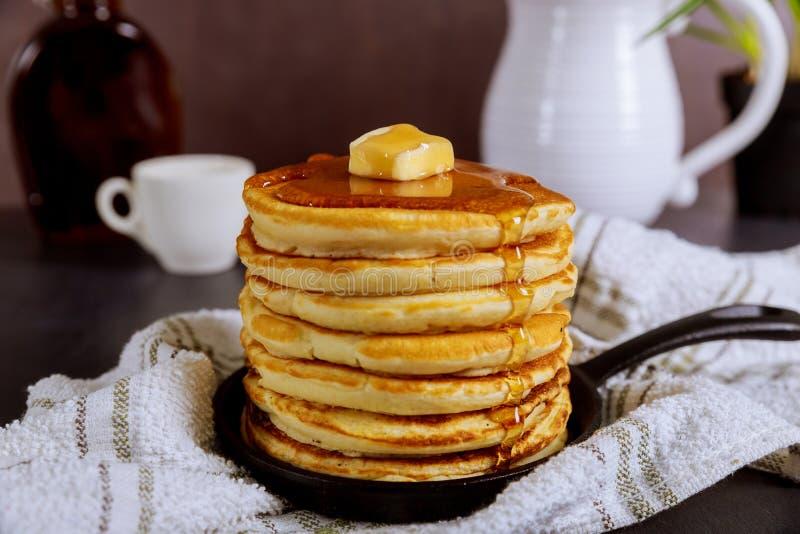 Pile faite maison douce de crêpes avec du beurre et le sirop pour le petit déjeuner photos libres de droits