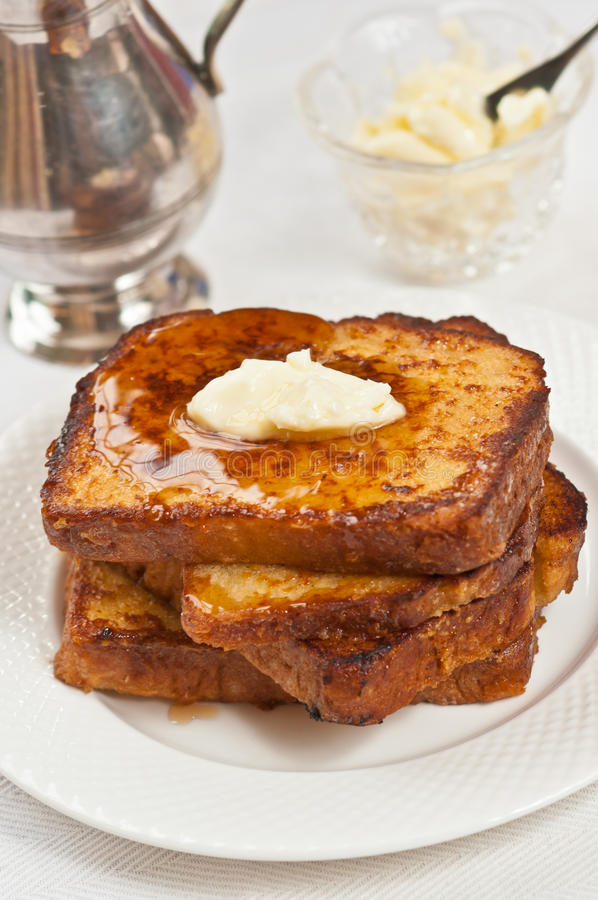 Pile fraîche et cuite au four de pain grillé français avec du beurre de fonte image libre de droits