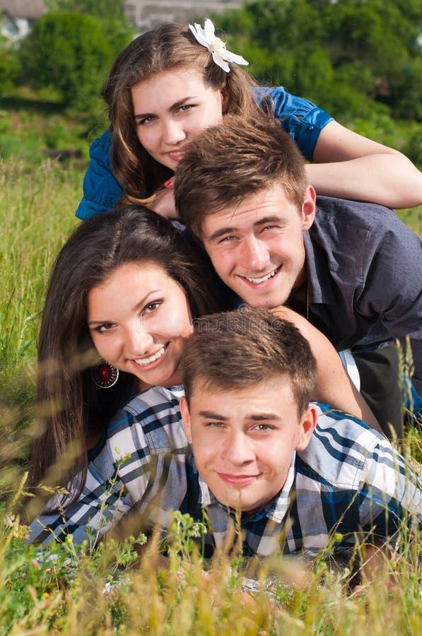 Pile heureuse : groupe des jeunes et de zone verte images stock
