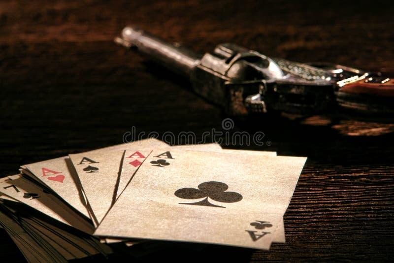Pile occidentale américaine de cartes de tisonnier avec les as et l'arme à feu images stock